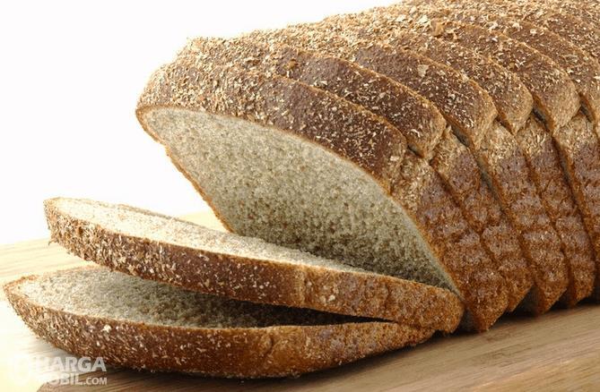 Gambar ini menunjukkan roti gandum  dalam kondisi telah di iris iris