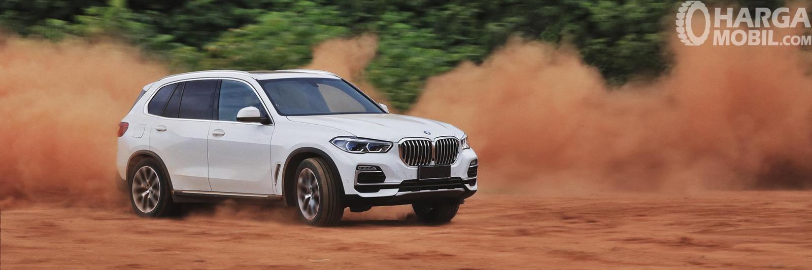 foto aksi All-New BMW X5 berwarna putih di atas jalanan off-road