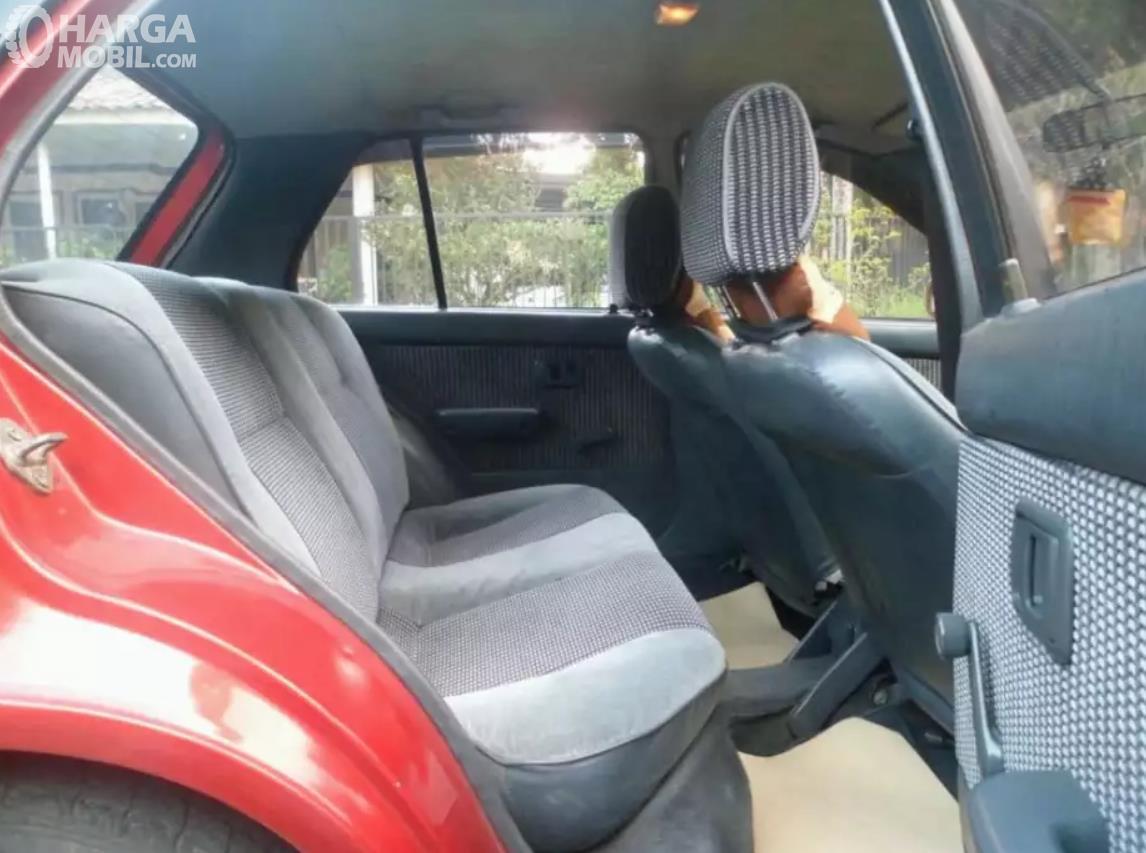 Foto menunjukkan Jok belakang Toyota Starlet 1992, sudah ada head rest untuk bagian depan