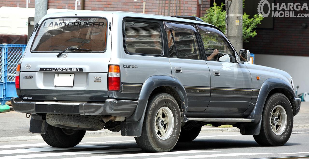 Foto Toyota Land Cruiser 80 Series 1995 tampak dari belakang