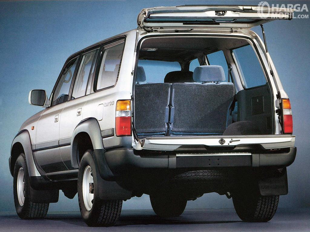 Foto menunjukkan bagasi Toyota Land Cruiser 80 Series 1995 dalam kondisi pintu terbuka