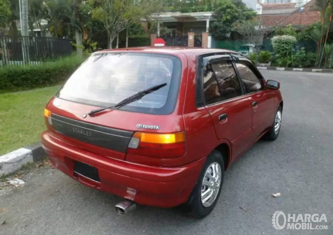 Foto menunjukkan bagian belakang Toyota Starlet 1992 yang sudah dilengkapi wiper