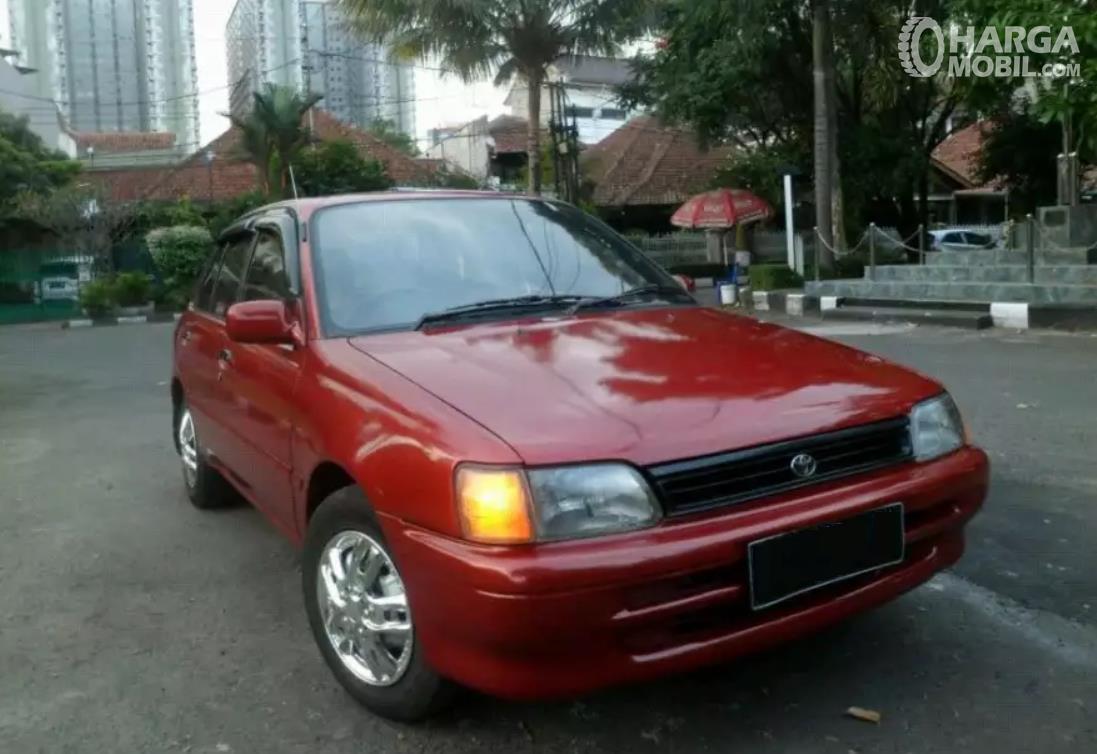 Foto menunjukkan Toyota Starlet 1992 tampak dari samping depan