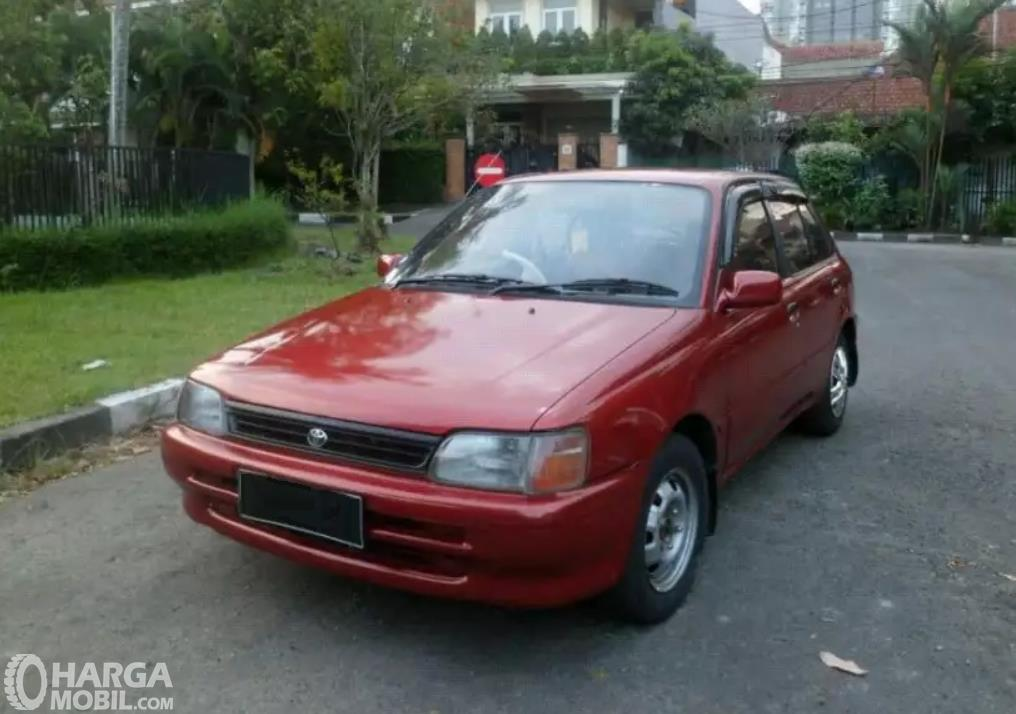 Tampilan Toyota Starlet 1992 tampak dari samping depan