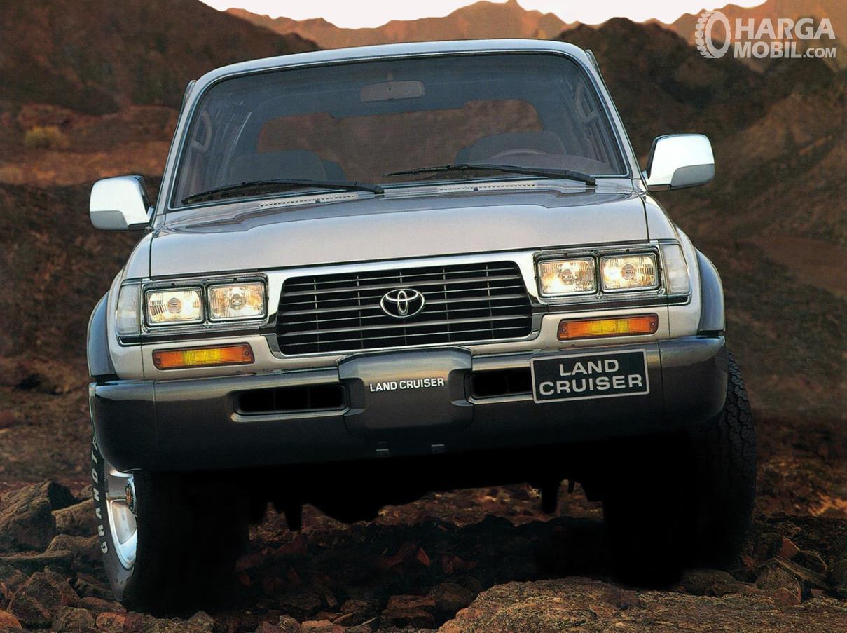 Foto menunjukkan Toyota Land Cruiser 80 series VX 1995 tampak depan terlihat menawan