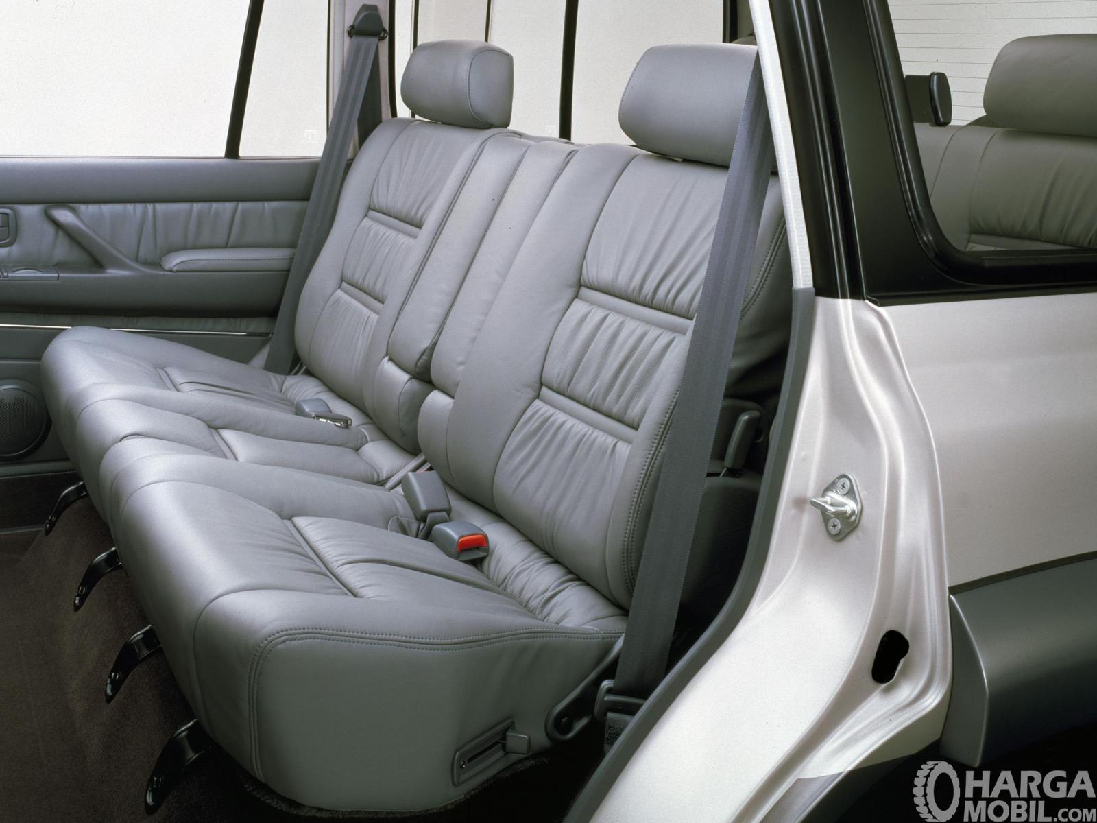 Foto menunjukkan jok Toyota Land Cruiser 80 Series 1995 sudah dilengkapi sabuk pengaman