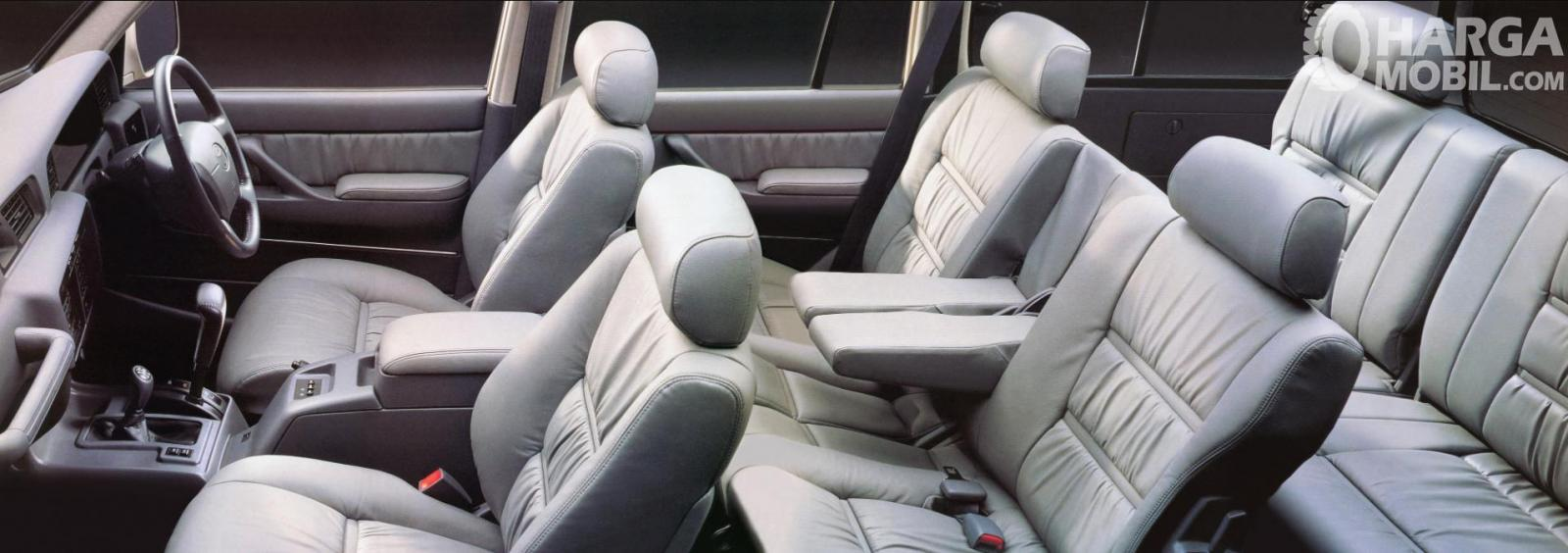 Foto Kabin Toyota Land Cruiser 80 Series luas dan lapang
