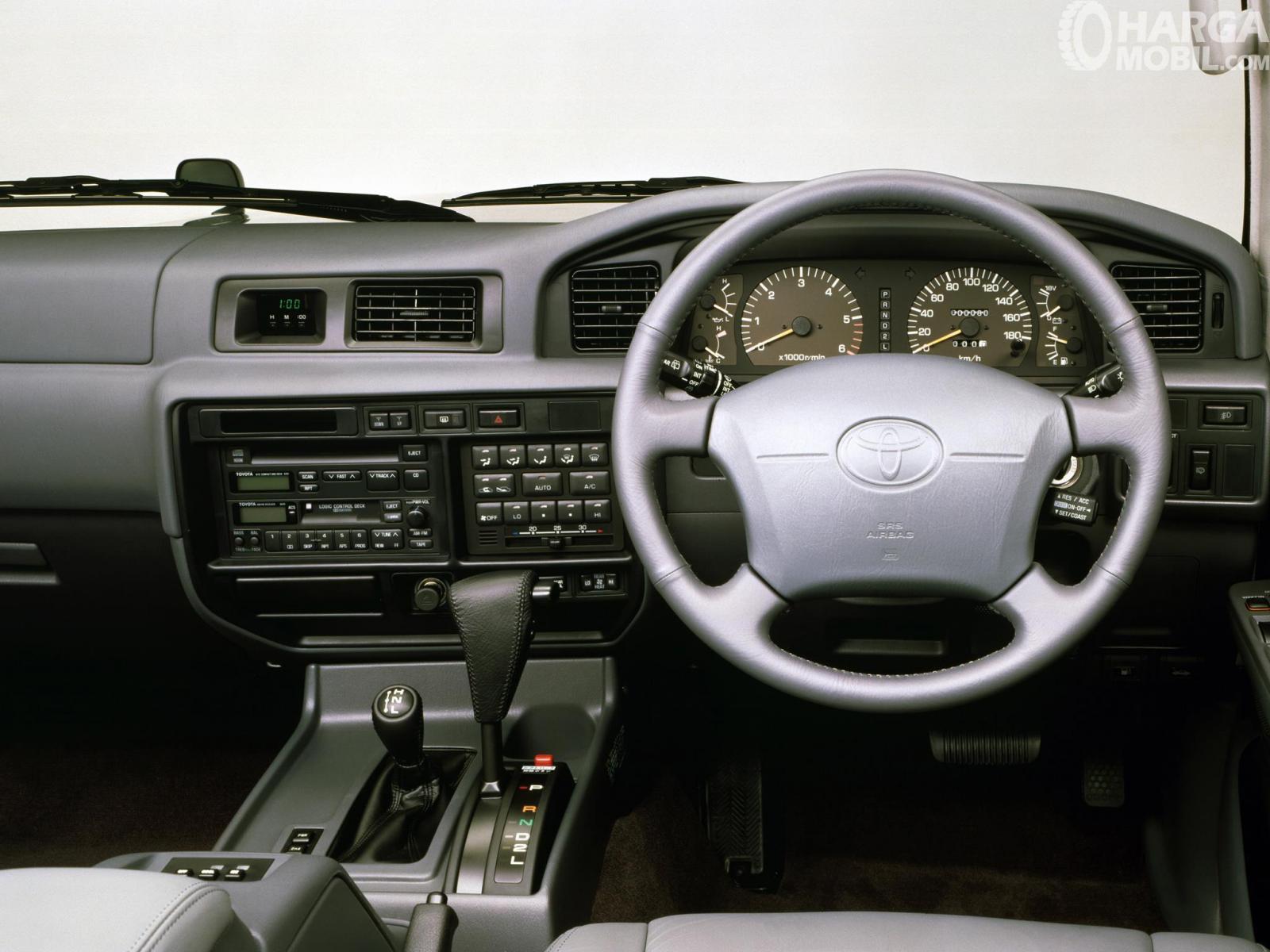 Foto menunjukkan Dashboard dan Kemudi Toyota Land Cruiser 80 Series 1995