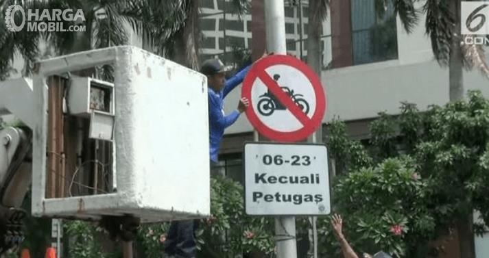Gambar ini menunjukkan rambu sepeda motor dilarang masuk