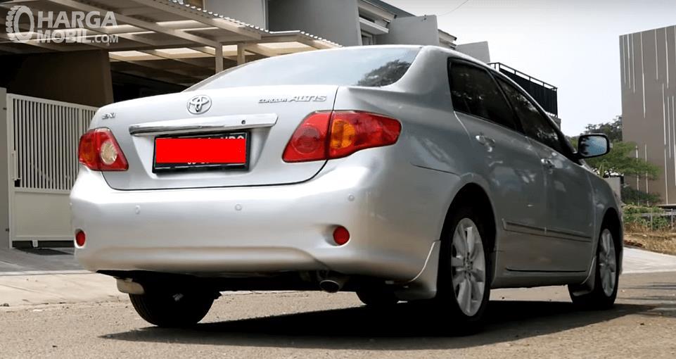 Gambar ini menunjukkan bagian belakang Toyota Corolla Altis 2008