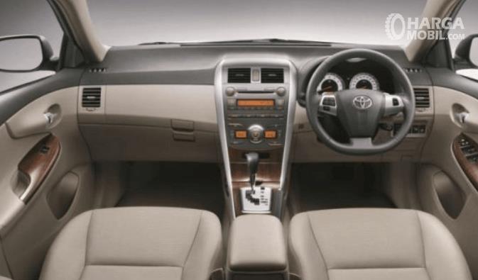 Gambar ini menunjukkan dashboard dan kemudi mobil Toyota Corolla Altis 2008