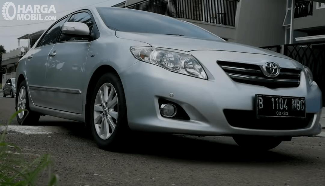 Gambar ini menunjukkan mobil Toyota Corolla Altis 2008 tampak bagian depan