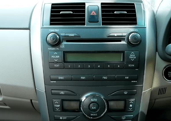 Gambar ini menunjukkan head unit pada mobil Toyota Corolla Altis 2008