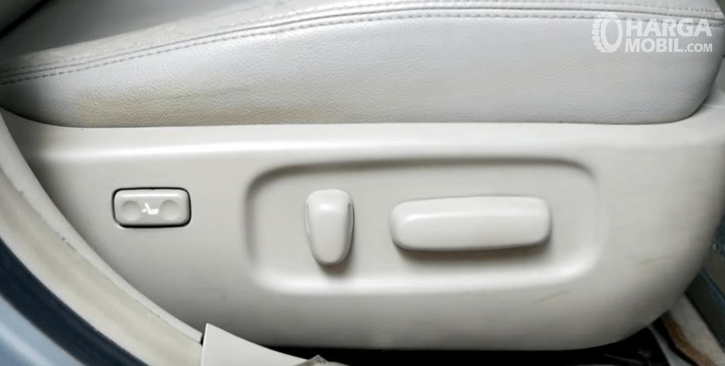 Gambar ini menunjukkan fitur pada jok mobil milik Toyota Corolla Altis 2008