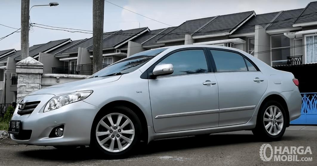 Gambar ini menunjukkan bagian samping Toyota Corolla Altis 2008