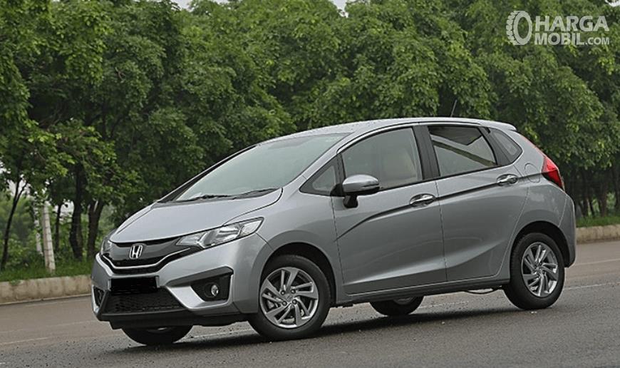 Gambar ini menunjukkan mobil Honda Jazz warna silver