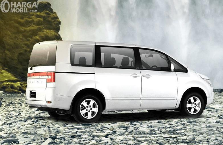 Gambar ini menunjukkan Mitsubishi Delica warna putih tampak samping kanan