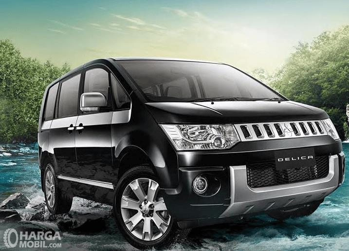 Gambar ini menunjukkan Mitsubishi Delica warna hitam tampak bagian depan