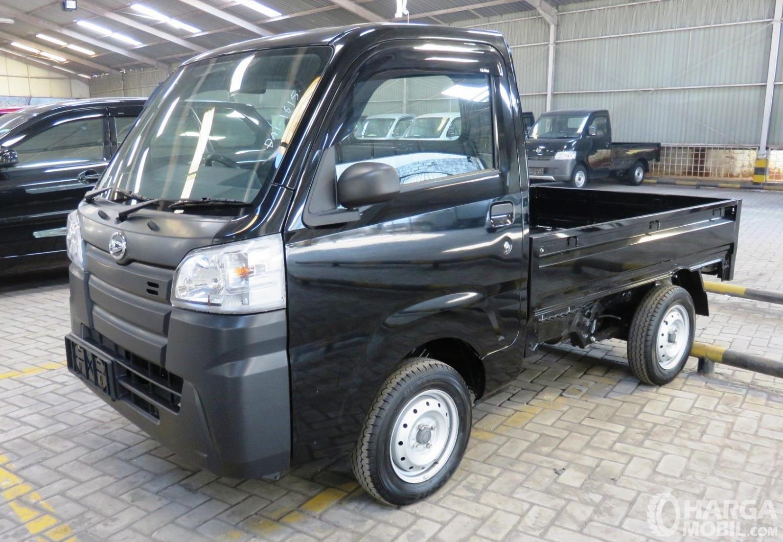 Foto Daihatsu Hi-Max warna hitam tampak dari samping depan
