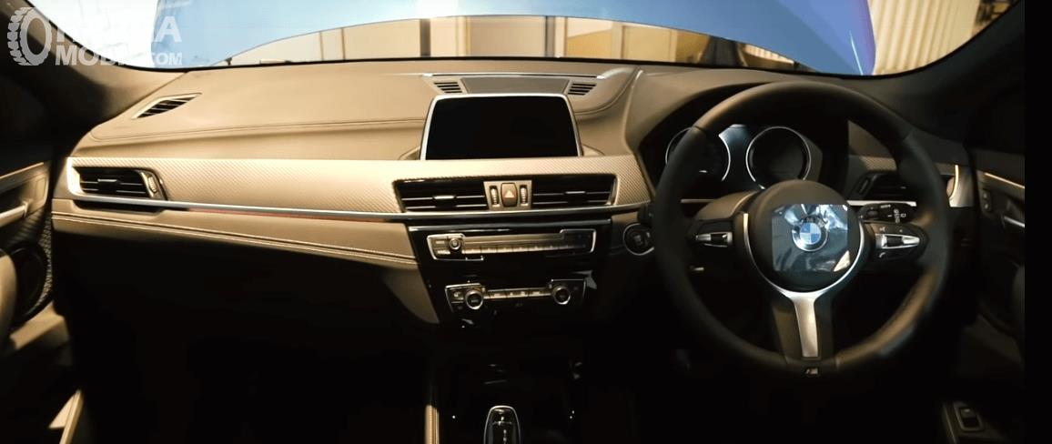 Gambar ini menunjukkan interior dashboard dan kemudi BMW X2