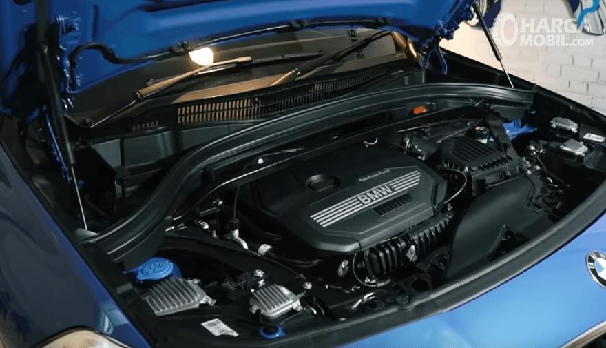 Gambar ini menunjukkan mesin BMW X2 dengan kap terbuka