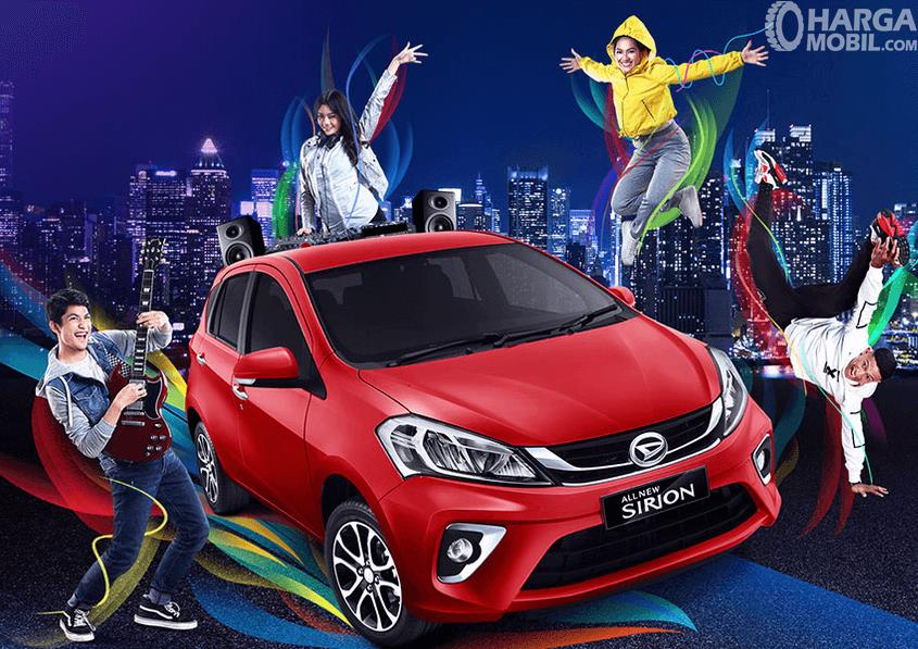 Gambar ini menunjukkan mobil Daihatsu All New Sirion 2019 warna merah dan beberapa orang disekelilingnya