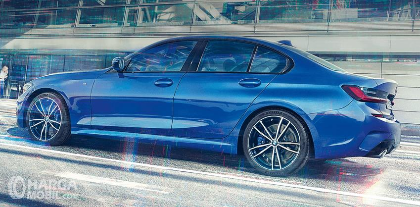 Gambar ini menunjukkan bagian samping kiri mobil All-New BMW 330i M Sport 2019 warna biru