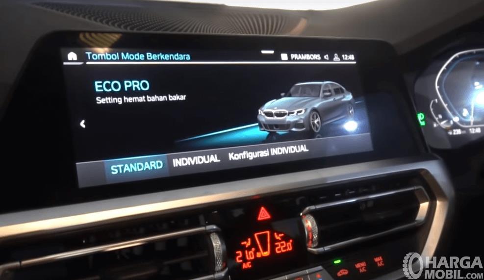 Gambar ini menunjukkan layar di atas head unit pada mobil All-New BMW 330i M Sport 2019