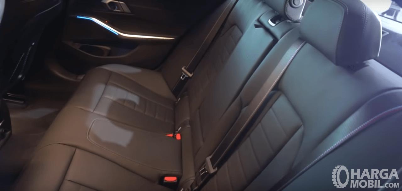 Gambar ini menunjukkan jok mobil All-New BMW 330i M Sport 2019
