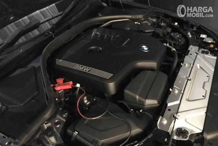 Gambar ini menunjukkan mesin All-New BMW 330i M Sport 2019