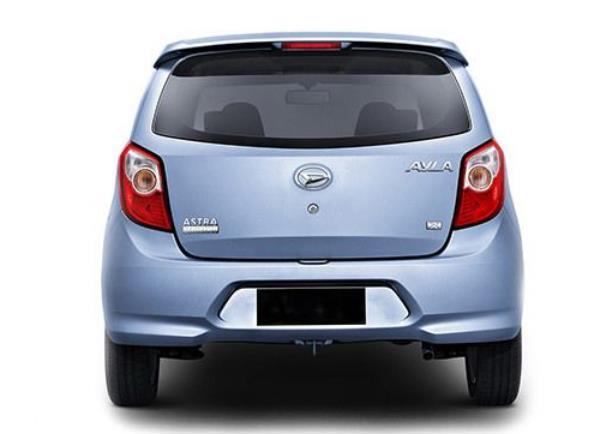 Gambar ini menunjukkan mobil Daihatsu ayla 2012 tampak belakang