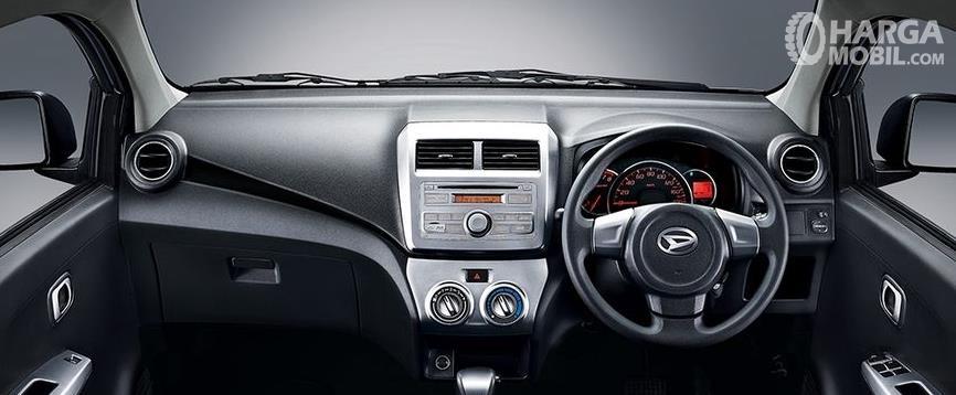 Gambar ini menunjukkan dashboard dan kemudi Daihatsu ayla 2012