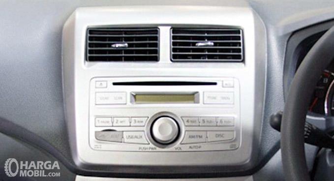 Gambar ini menunjukkan head unit pada mobil Daihatsu ayla 2012