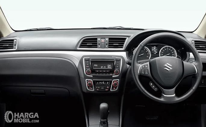 Gambar ini menunjukkan dashboard dan kemudi mobil Suzuki Ciaz
