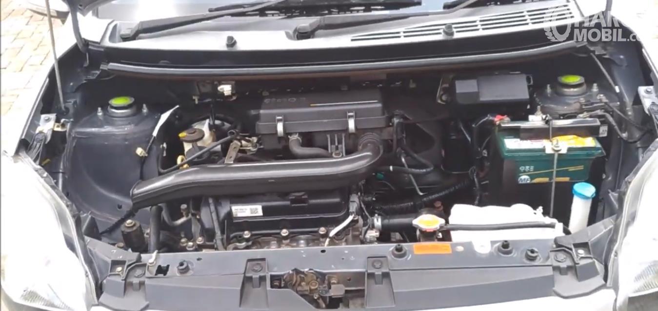 Gambar ini menunjukkan mesin mobil Daihatsu ayla 2012