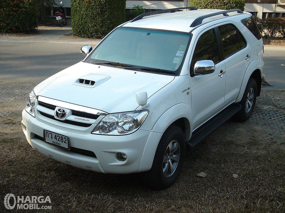 Gambar sebuah mobil Toyota Fortuner 2005 berwarna putih dilihat dari sisi depan