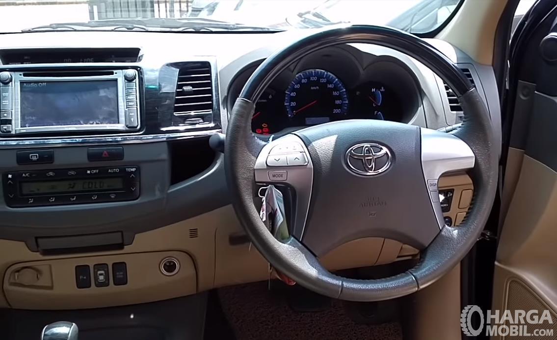 Foto fitur hiburan dan kenyamanan pada kabin Toyota Grand New Fortuner VNT 2011