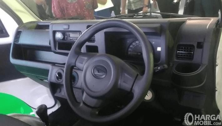 Gambar ini menunukkan dashboard dan kemudi mobil Daihatsu Himax 2016