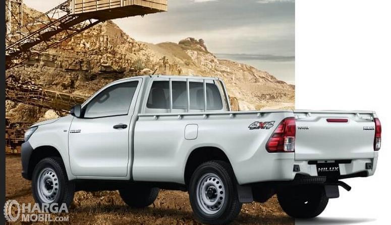 Gambar ini menunjukkan mobil Toyota Hilux S-Cab putih tampak kiri dan belakang
