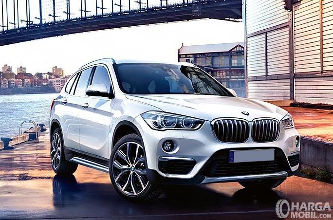 Gambar ini menunjukkan mobil BMW X1 tampak bagian depan