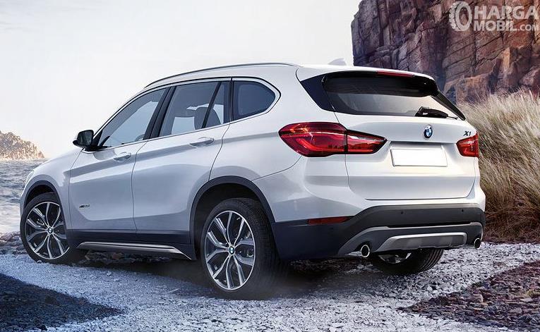Gambar ini menunjukkan mobil BMW X1 tampak bagian belakang dan samping kiri