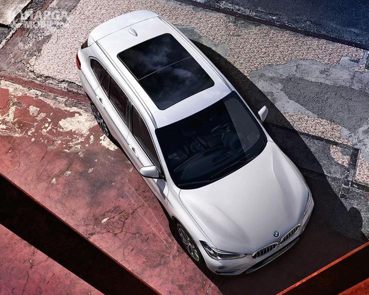 Gambar ini menunjukkan mobil BMW X1 tampak bagian atas