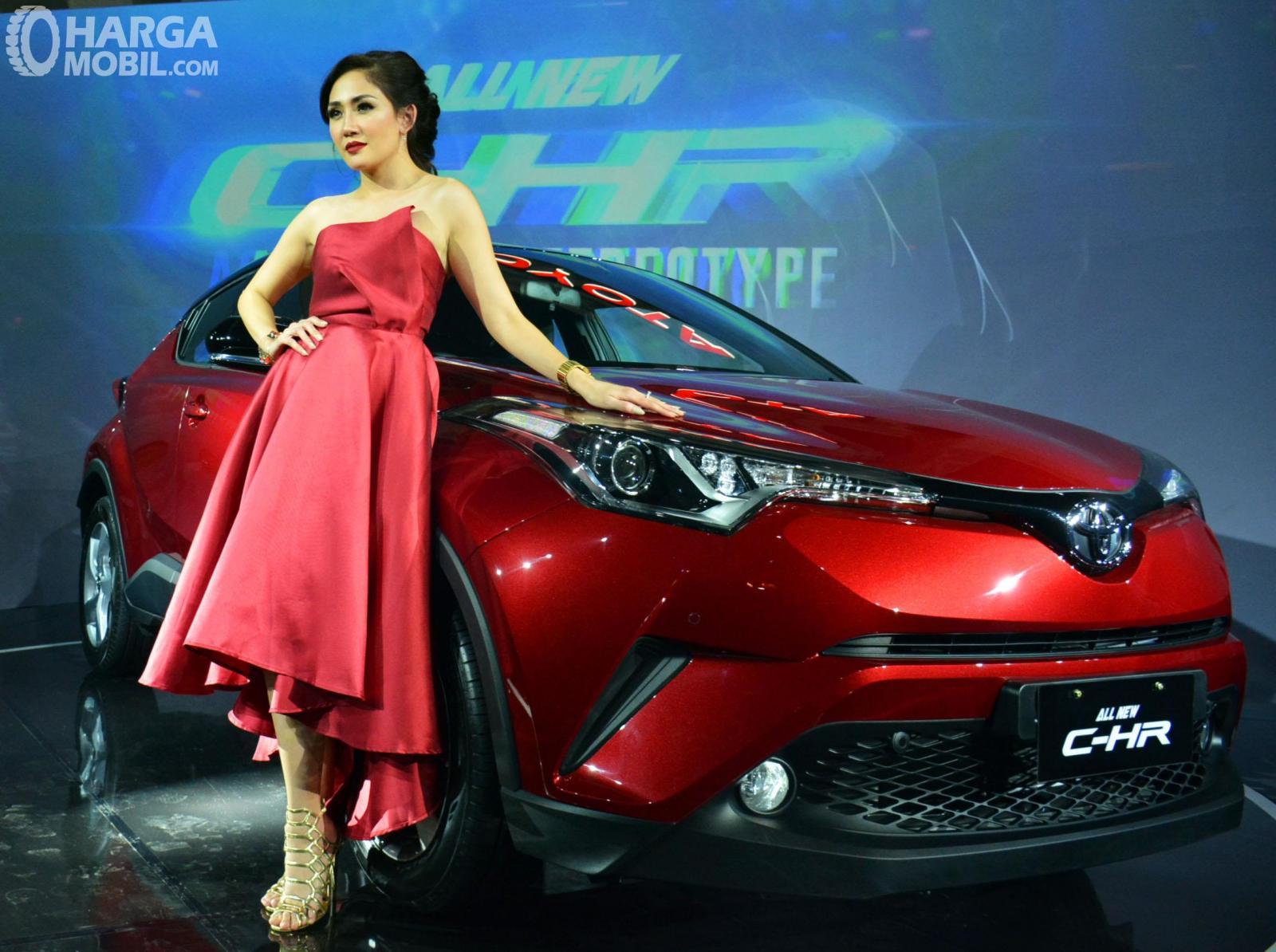Foto seorang model bersama Toyota C-HR
