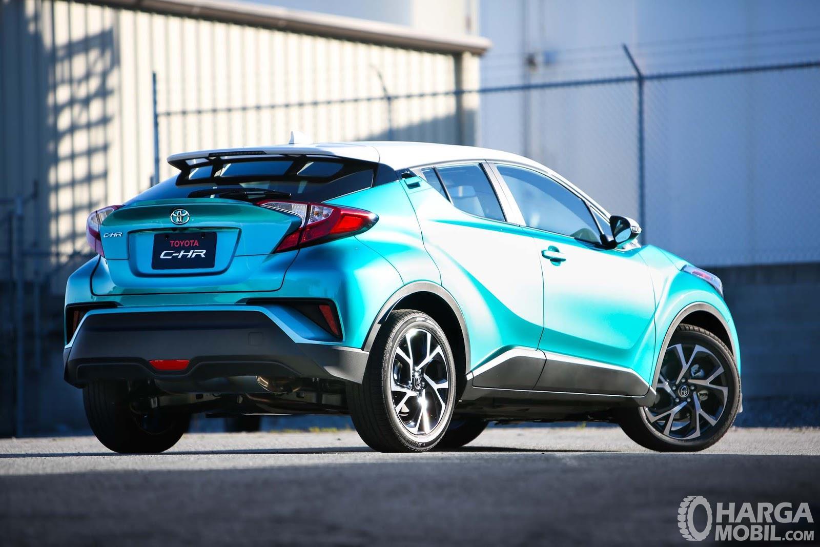 Foto Toyota C-HR tampak dari samping belakang terlihat keren