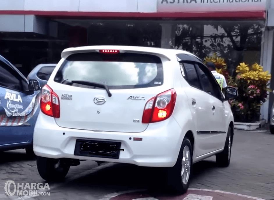 GHambar ini menunjukkan bagian belakang mobil Daihatsu Ayla 2016 warna putih