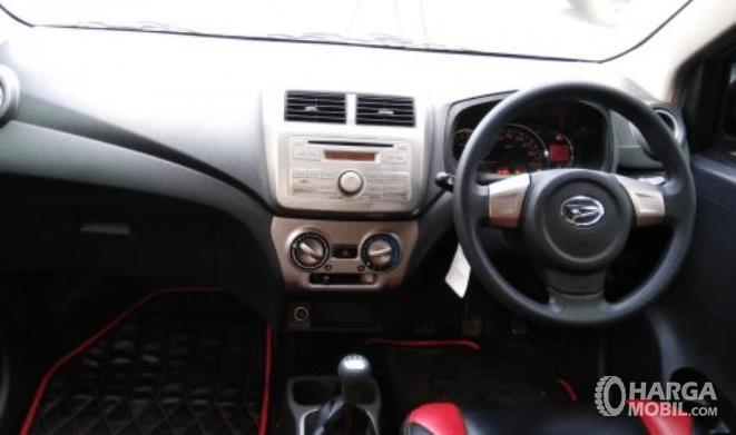 Gambar ini menunjukkan dashboard dan kemudi mobil Daihatsu Ayla 2016
