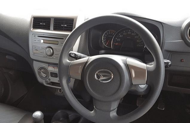 Gambar ini menunjukkan kemudi dan head unit pada mobil Daihatsu Ayla 2016