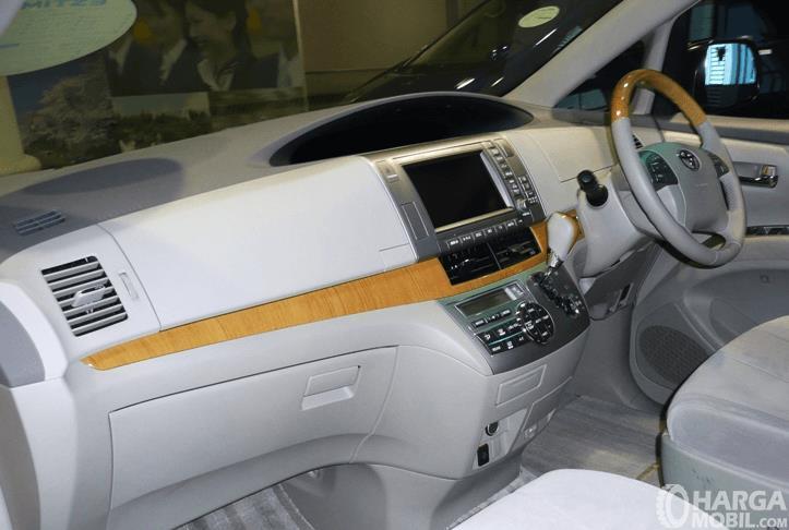 Gambar ini menunjukkan dashboard & kemudi mobil Toyota Previa 2006