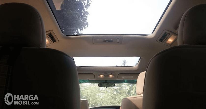 Gambar ini menunjukkan fitur moon roof pada mobil Toyota Previa 2006