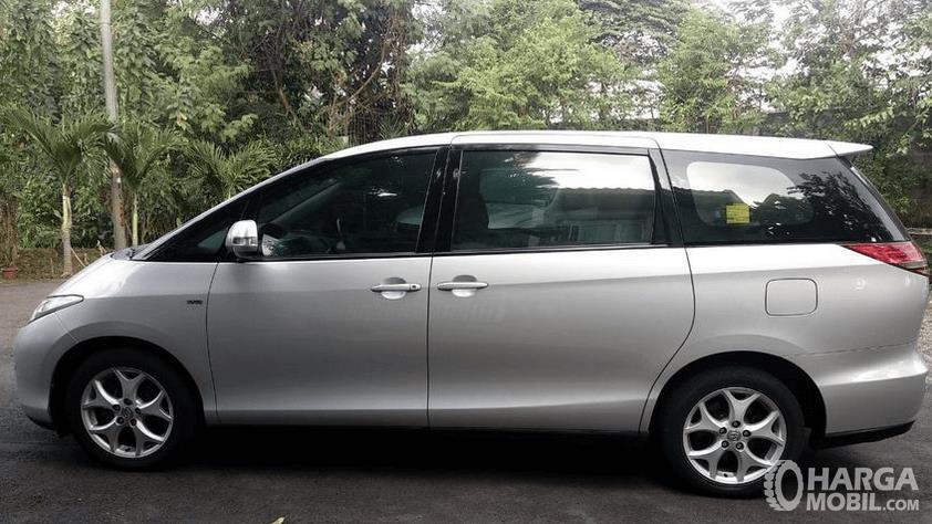 Gambar ini menunjukkan bagian samping mobil Toyota Previa 2006